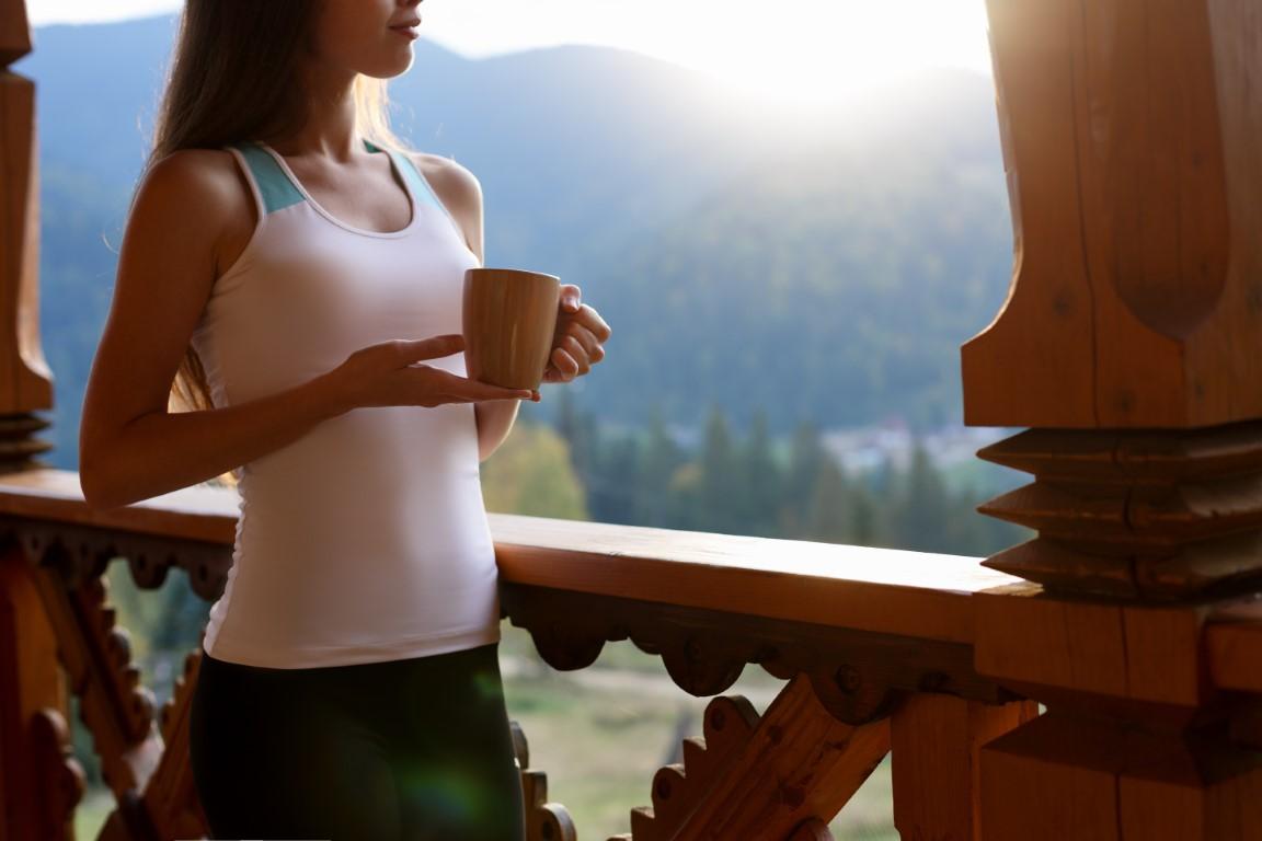 femme mince qui boit un thé