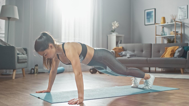 femme qui fait des pompes pour muscler ses triceps